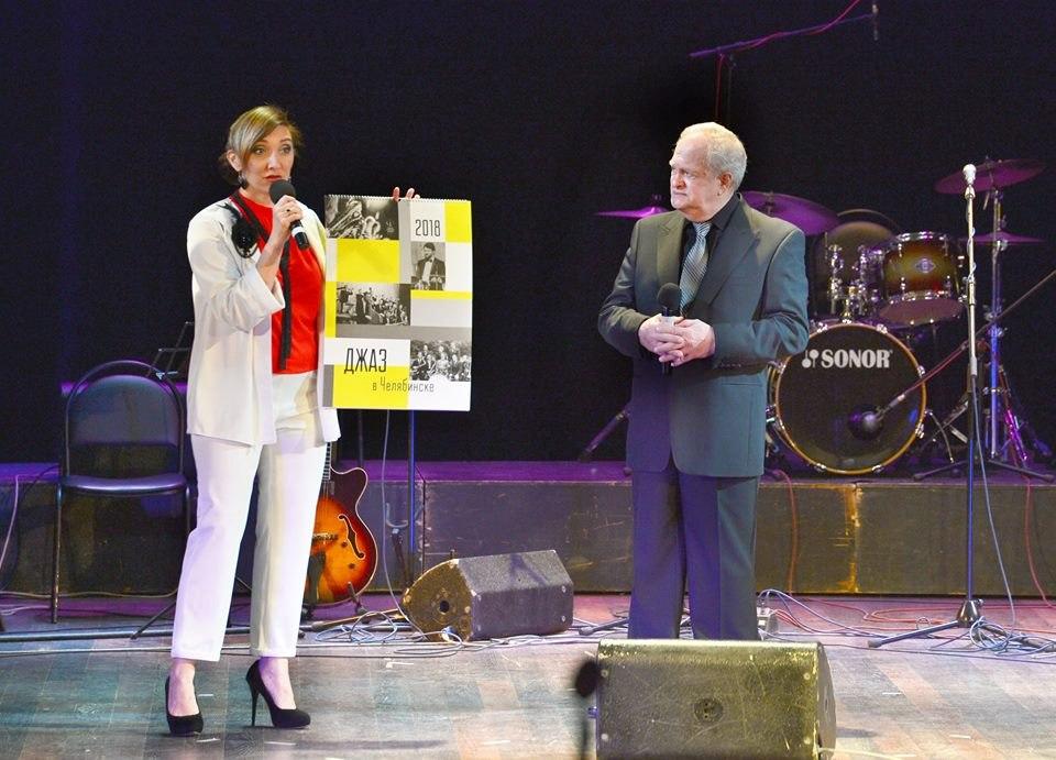 Автор этих строк и Анатолий Кролл представляют календарь на сцене фестиваля «Какой удивительный мир»