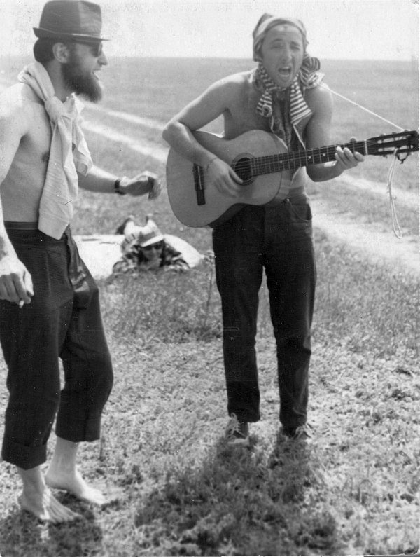 Владимир Чернов и Виктор Фридман в байдарочном походе на реке Ахтуба (приток Волги)