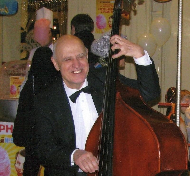В составе «Коллектива популярного джаза» в ГУМе