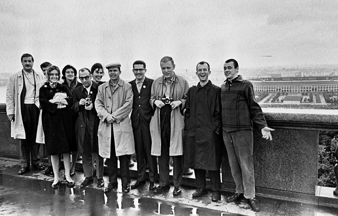 Члены оркестра и сопровождающие лица (в том числе переводчики) на Ленинских горах в Москве (ныне Воробьёвы горы). Справа видна Большая спортивная арена Лужников. Билл Кроу второй справа.