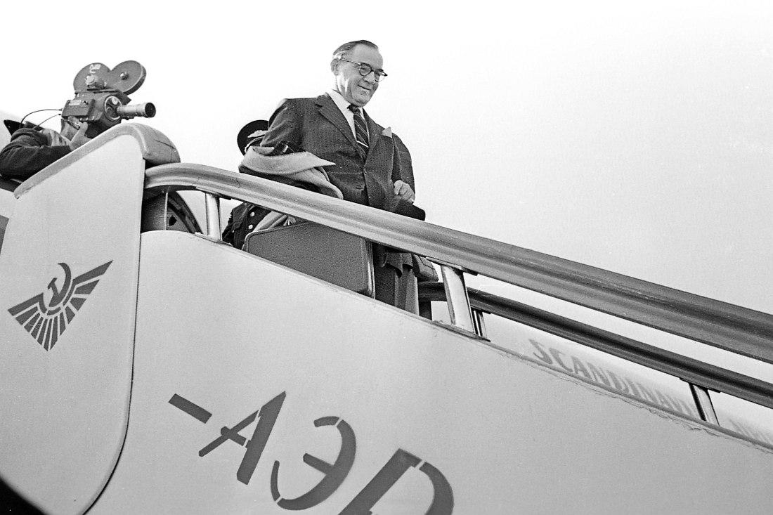 Прибытие в Москву. Бенни Гудман выходит из самолёта авиакомпании SAS по аэрофлотовскому трапу.