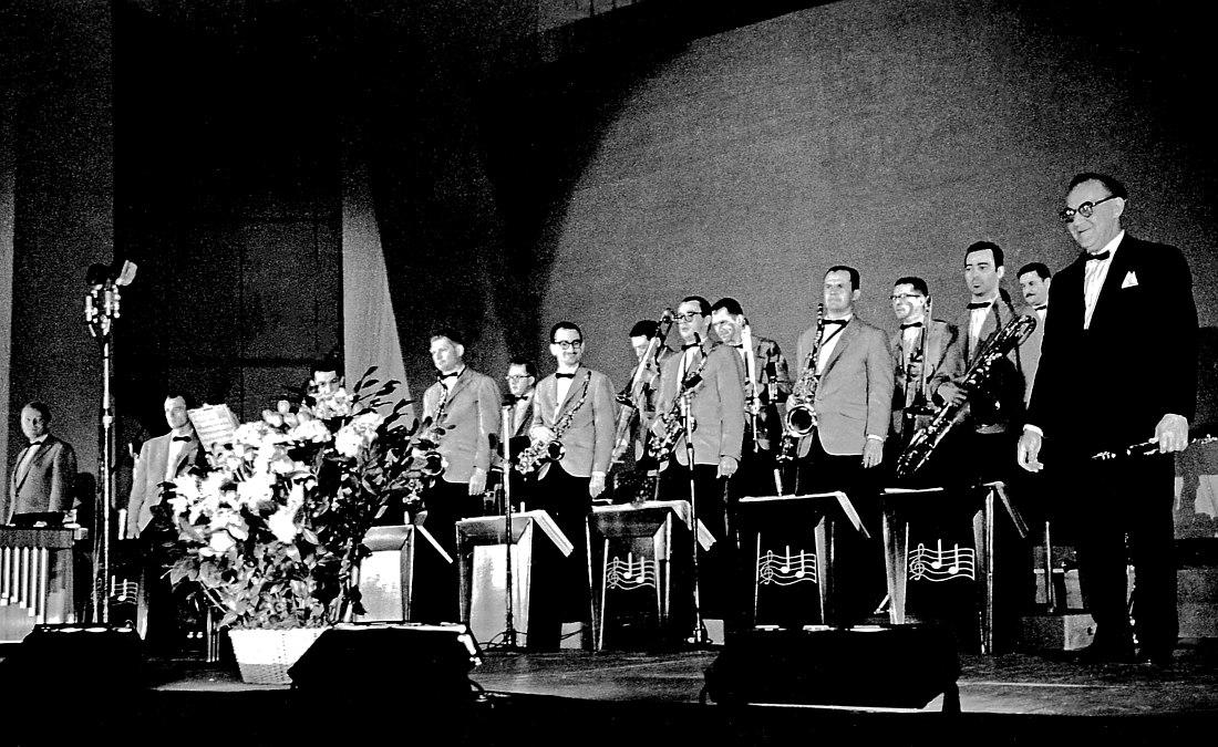 Оркестр на сцене в Москве. Справа Бенни Гудман.