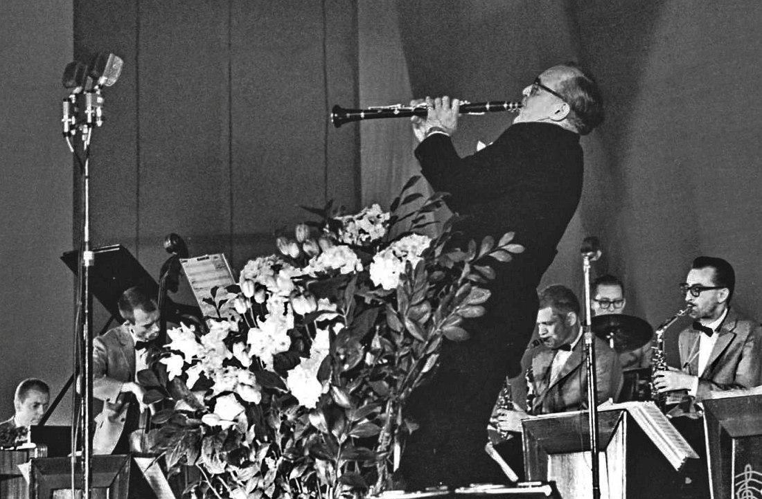 Слева направо: Джон Банч (ф-но), Билл Кроу (к-бас), Бенни Гудман (кларнет), Зут Симс (тенор-саксофон), Мел Льюис (ударные), Джерри Даджен (альт-саксофон)