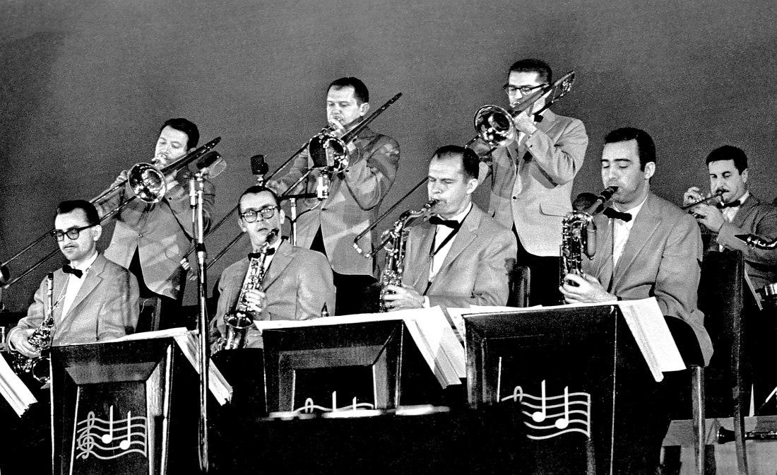 На концерте в Москве. Слева направо: Джерри Даджен (альт-саксофон), Уилли Деннис (тромбон), Фил Вудз (альт-саксофон), Джимми Неппер (тромбон), Том Ньюсом (тенор-саксофон), Уэйн Андре (тромбон), Джин Аллен (баритон-саксофон), Джимми Максуэлл (труба)