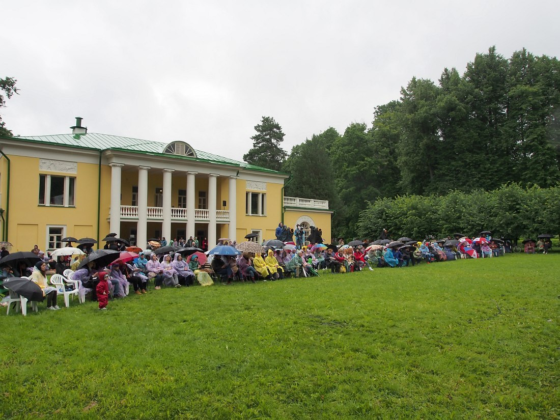 Начало первого дня. Стойкое ядро аудитории под дождём перед главным домом усадьбы Горки.