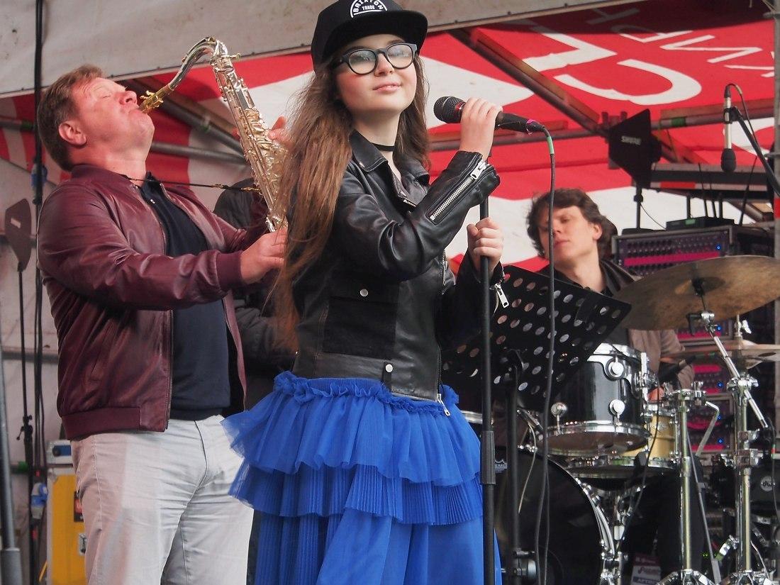 С Ярославой Симоновой вышел сыграть один номер и продюсер фестиваля, саксофонист Игорь Бутман