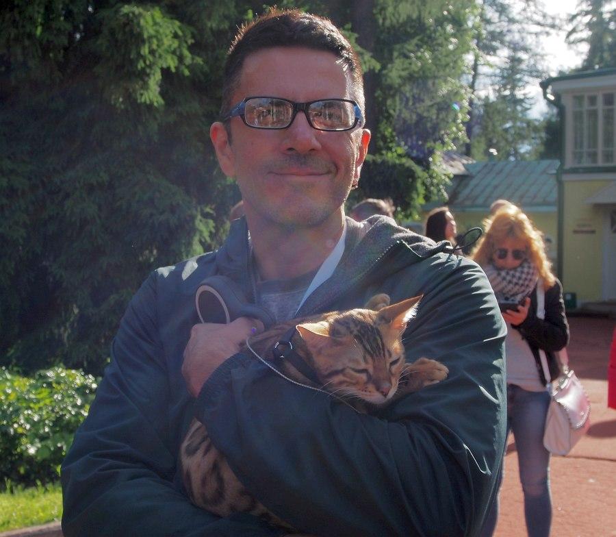 На дорожках усадьбы Горки: Антон Баронин и его кот Сэр Робин