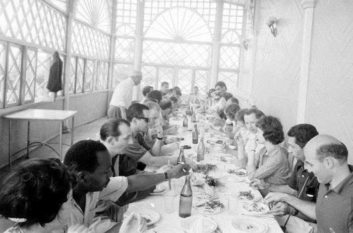 Завтрак в отеле в Тбилиси (крайний справа — продюсер Джордж Авакян. Фото: Stan Wayman / Life Magazine © Time Inc.)