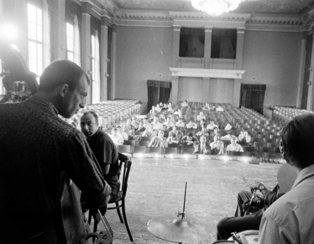 Встреча с преподавателями Тбилисской консерватории. С контрабасом — автор воспоминаний, Билл Кроу (фото: Stan Wayman / Life Magazine © Time Inc.)