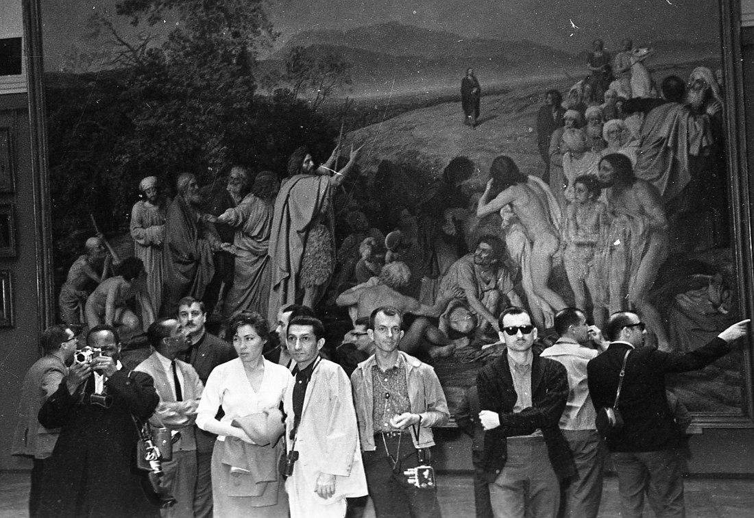 Участники оркестра на экскурсии в Третьяковской галерее. Слева Джо Уайлдер с камерой Hasselblad, рядом с переводчицей гитарист Тёрк Ван Лэйк, справа от него автор очерка — Билл Кроу с кинокамерой Bell & Howell