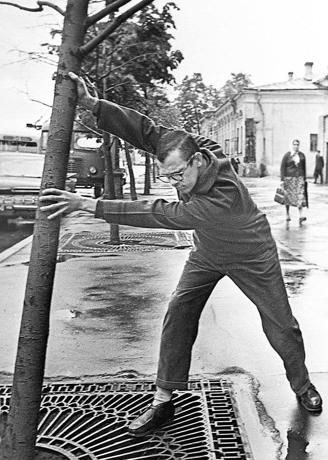Фил Вудс, альт-саксофонист оркестра Бенни Гудмана, на улицах Москвы