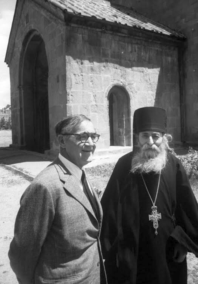 Бенни Гудман и священник Грузинской православной церкви в монастыре близ Тбилиси