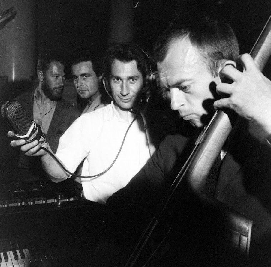 Билл Кроу (справа) и американский журналист на встрече с советскими музыкантами, лето 1962