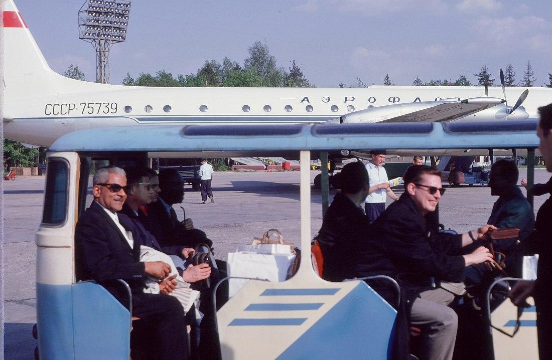 Аэропорт Шереметьево. В вагончике для пассажиров — участники оркестра Бенни Гудмана; крайний слева — Тедди Уилсон.