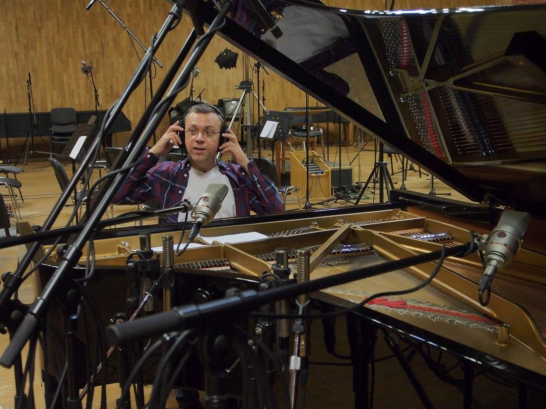 Дмитрий Илугдин в тон-студии концерна «Мосфильм»