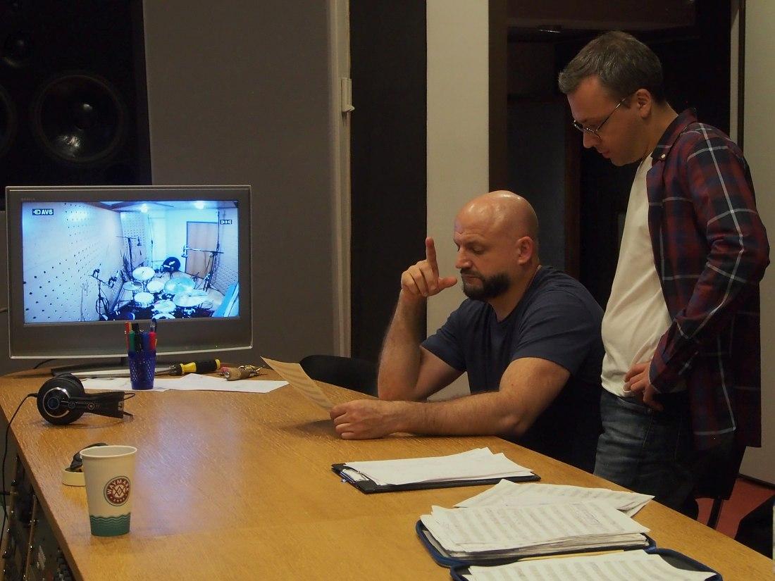 В аппаратной: прослушивая только что записанный материал, Виктор Шестак и Дмитрий Илугдин следят за нотным текстом