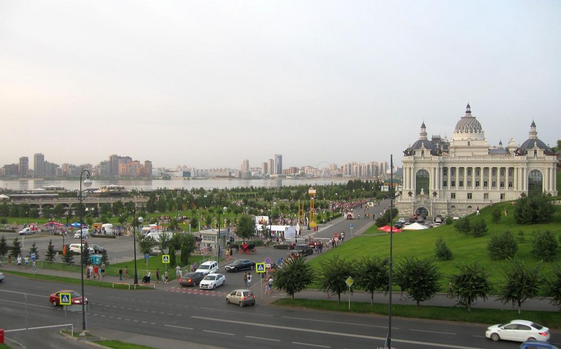 Общий вид набережной перед дворцом
