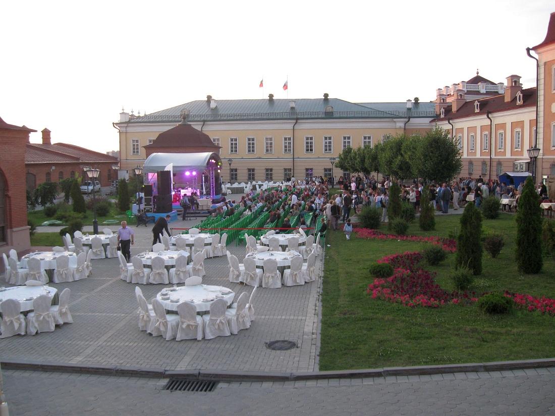 Пушечный Двор казанского Кремля за полчаса до начала концерта. На переднем плане — столы для тех, кто собирается поужинать на джазовом фоне.