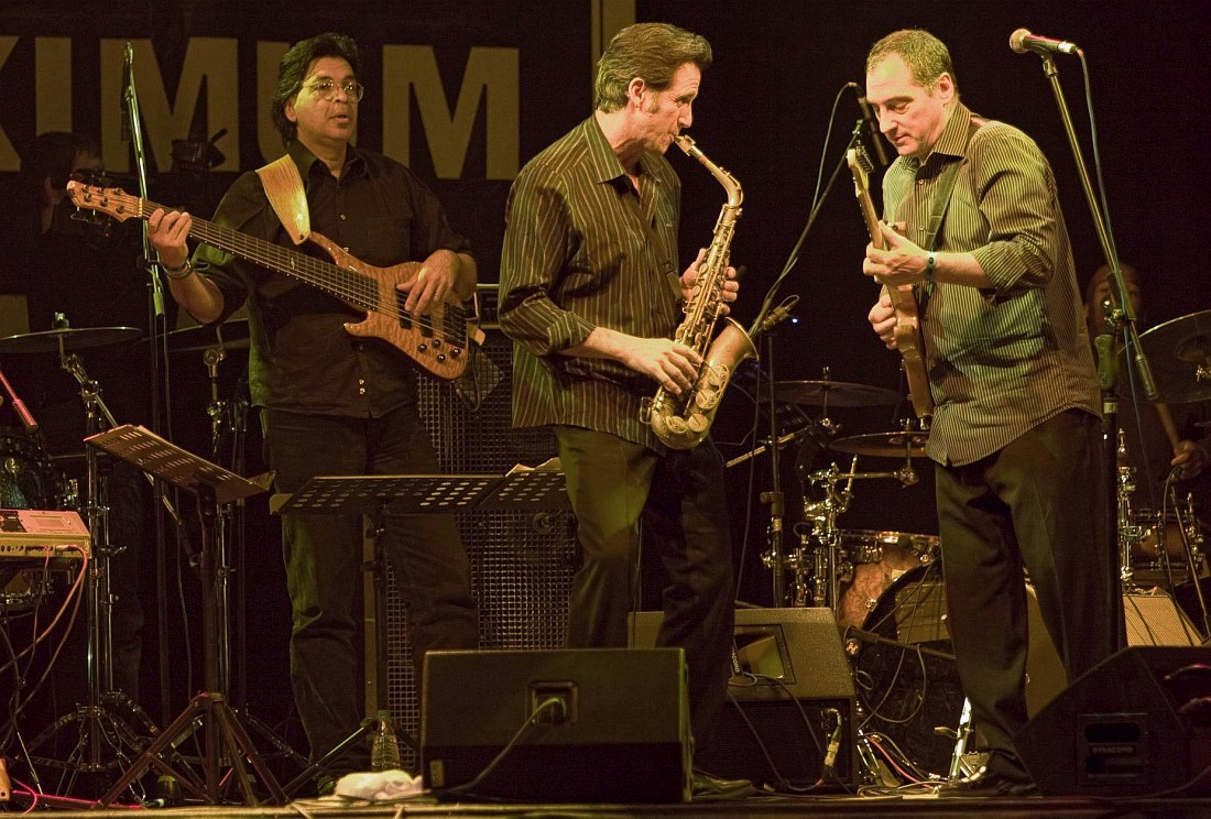 Чак Лоэб (справа) на сцене одного из московских клубов (в центре саксофонист Эрик Мариенталь). Фото © Владимир Коробицын