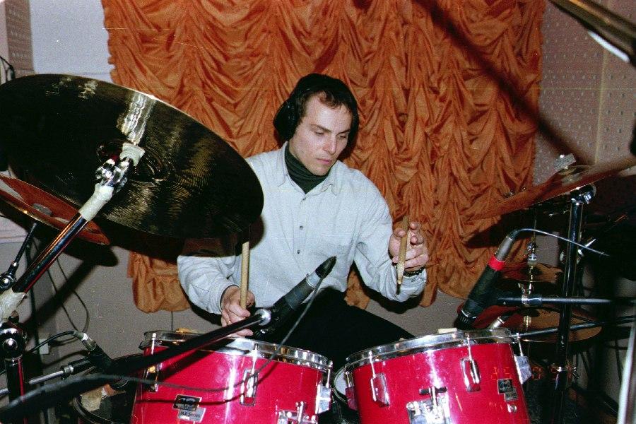 Дмитрий Севастьянов в студии «Радио РаКурс» во время записи материала альбома «Yes», 1997