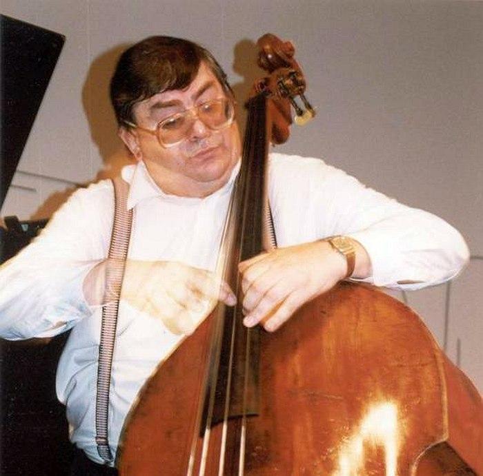 Анатолий Соболев на сцене «Джа Арт клуба» в старом помещении на Беговой улице, около 1998