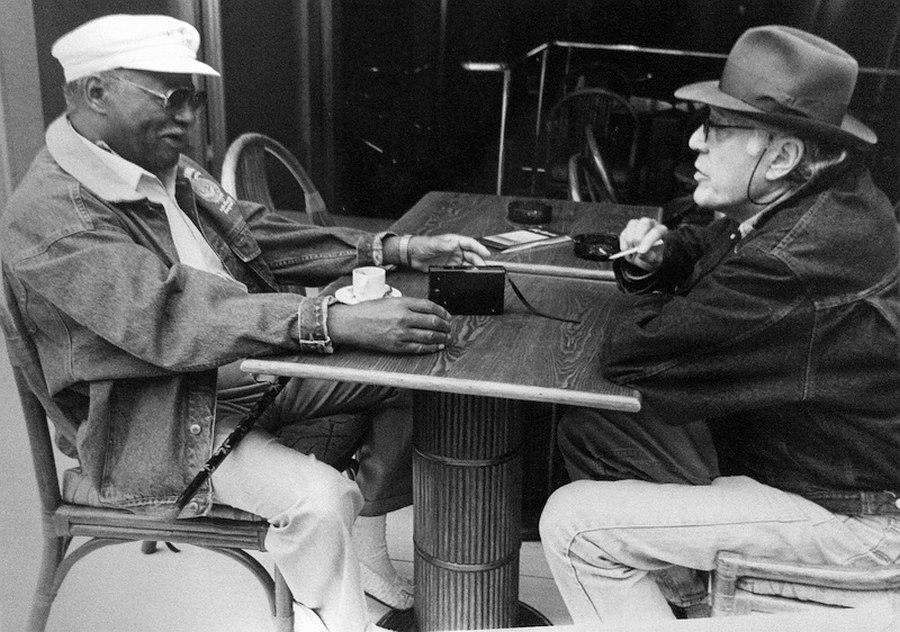 Джазовый критик парижской англоязычной газеты International Herald Tribune Майк Зверин интервьюирует трубача Кларка Терри, Париж, 1980-е гг.