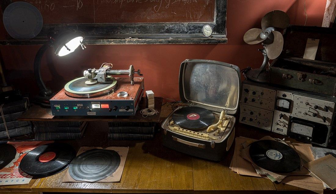 Другая часть экспозиции выставки «Музыка на костях» (фото © МСИ «Гараж»)