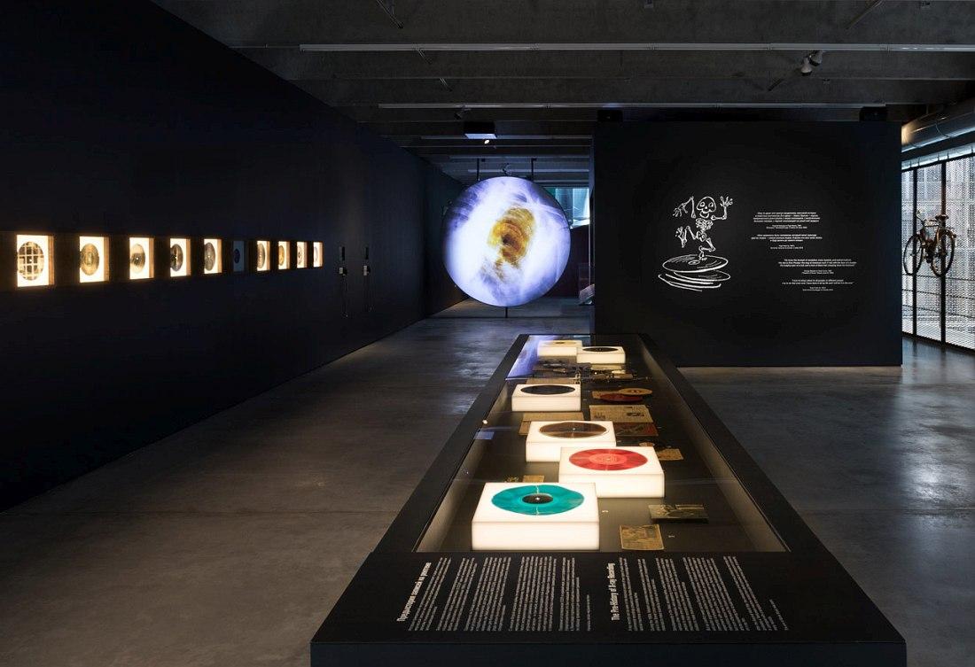 Часть экспозиции выставки «Музыка на костях» (фото © МСИ «Гараж» )