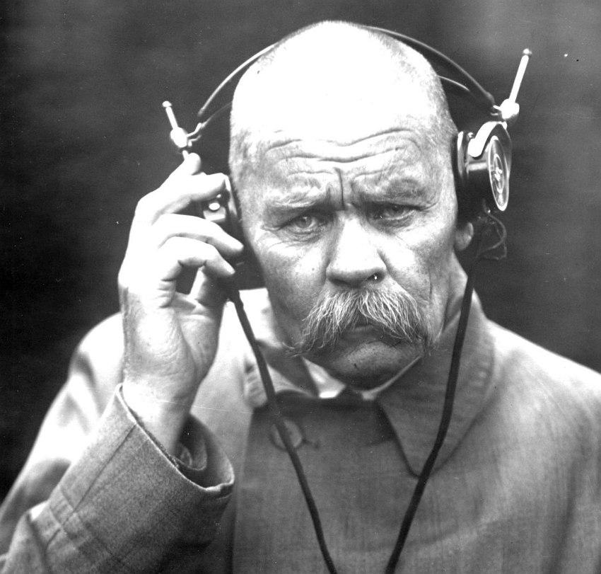 Алексей Максимович Пешков, известный под псевдонимом Максим Горький, слушает что-то по радио.