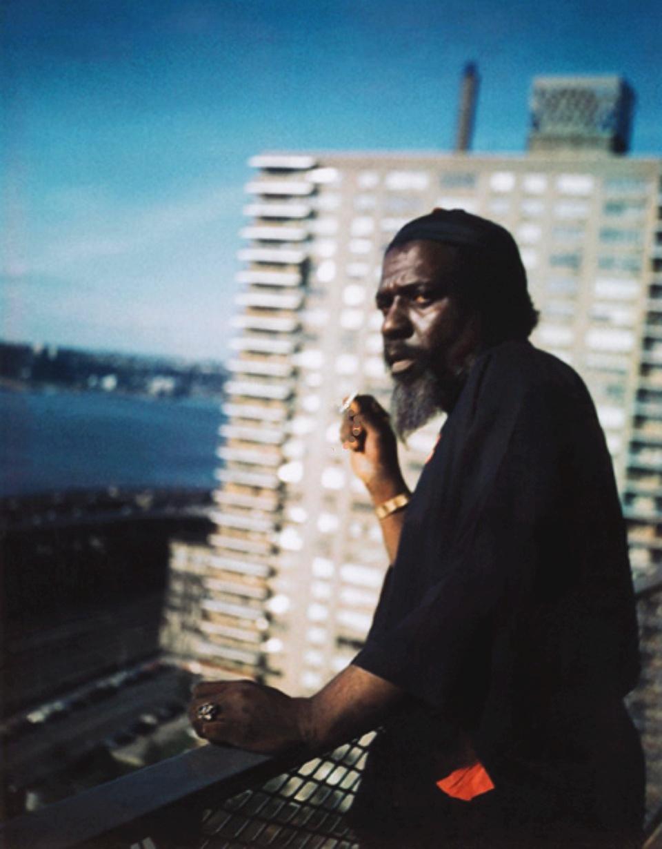 Телониус Монк на балконе своего последнего обиталища - квартиры Баронессы в дорогом кондоминиуме в Нью-Джерси (полароидное фото Панноники де Кёнигсвортер)
