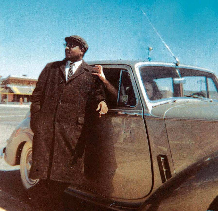 Телониус Монк и его благодетельница (баронесса Ника видна сквозь стекло её лимузина)