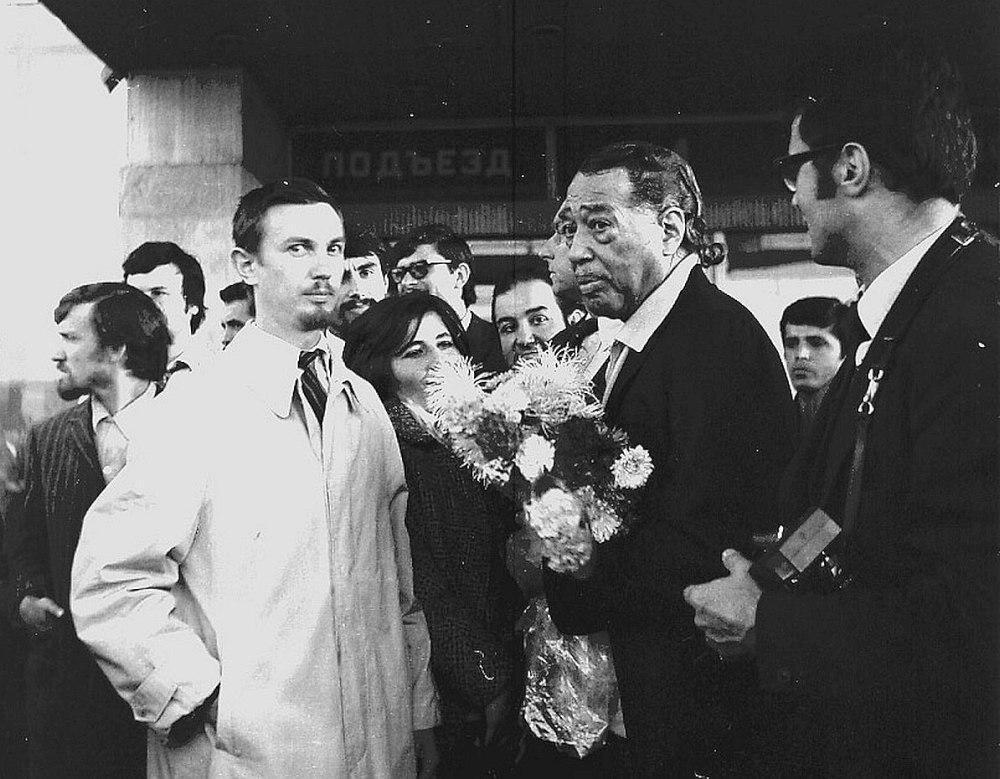 1971. В белом плаще Владимир Садковкин, с цветами Дюк Эллингтон