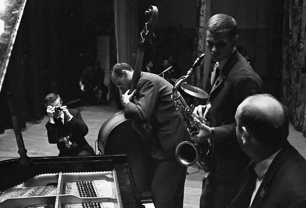 Владимир Садковкин снимает на фестивале «Джаз-67» выступление квартета пианиста Бориса Рычкова с Ефимом Бурдом (бас) и Владимиром Пресняковым-ст. (тенор-саксофон).