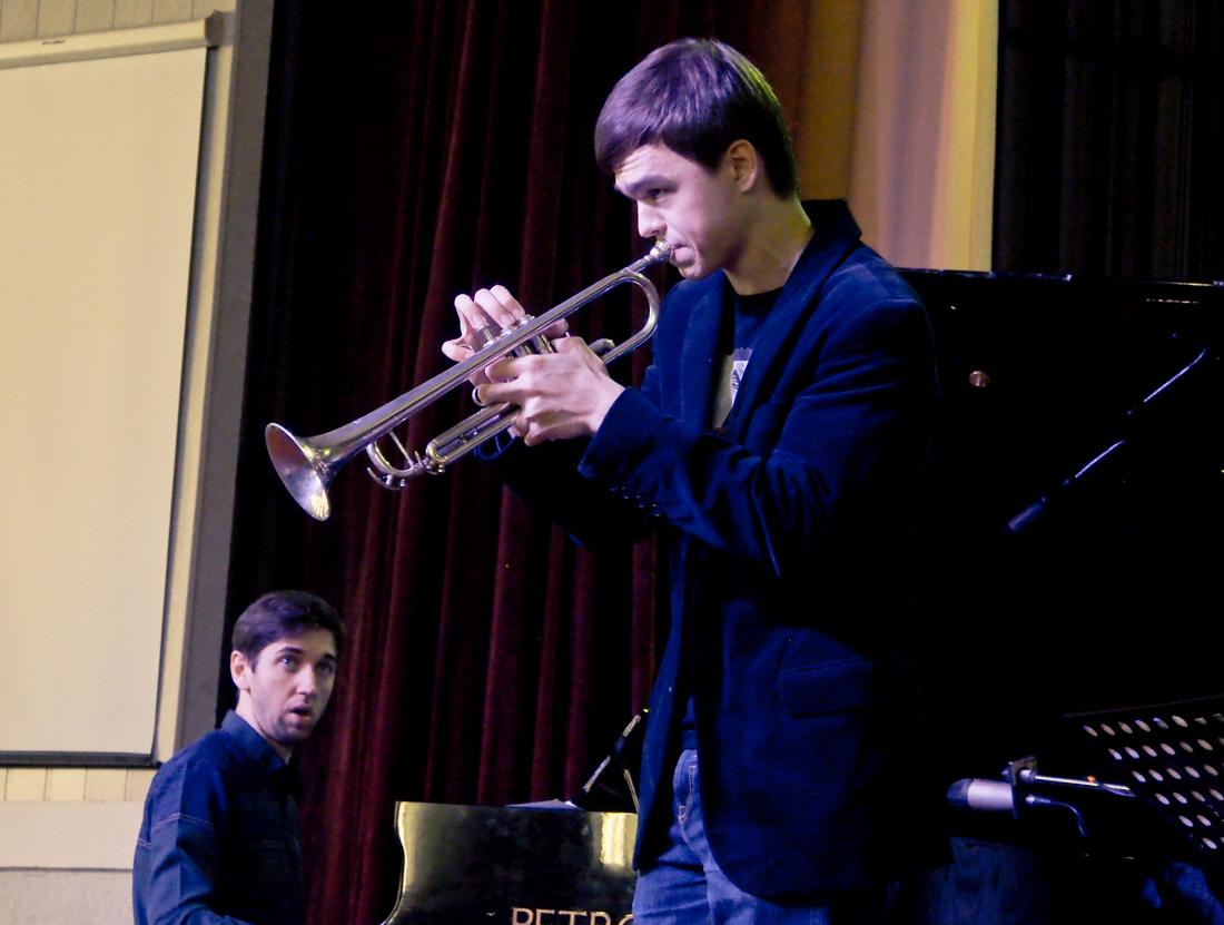 Олег Прилуцкий (слева концертмейстер конкурса Андрей Марухин)