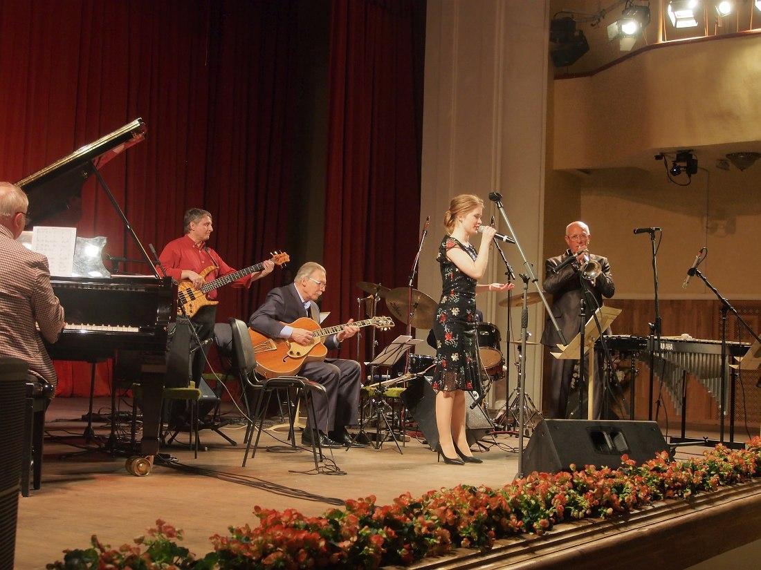 Поёт Юлия Попова, на флюгельгорне Давид Голощёкин