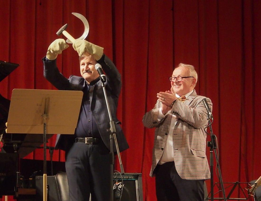 Юбилейный вечер: ведущий Игорь Гаврилов вручает Вадиму Майнугину (справа) ироничный подарок - комплект из серпа и молота