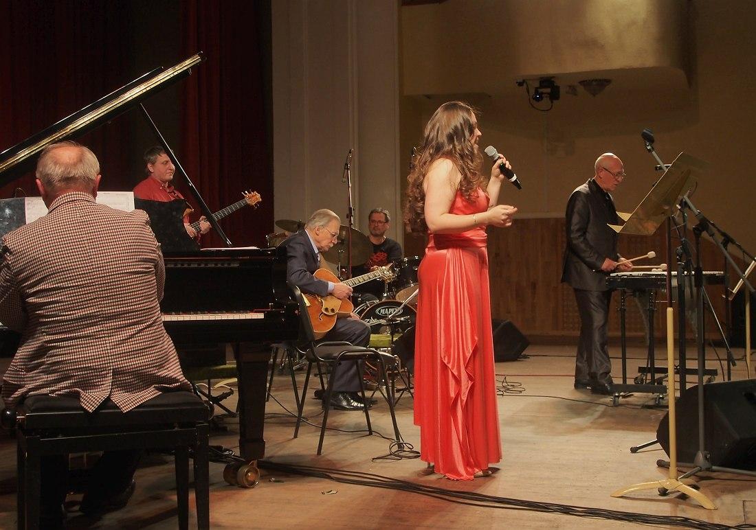 Поёт Юлия Саханова, на вибрафоне Давид Голощёкин