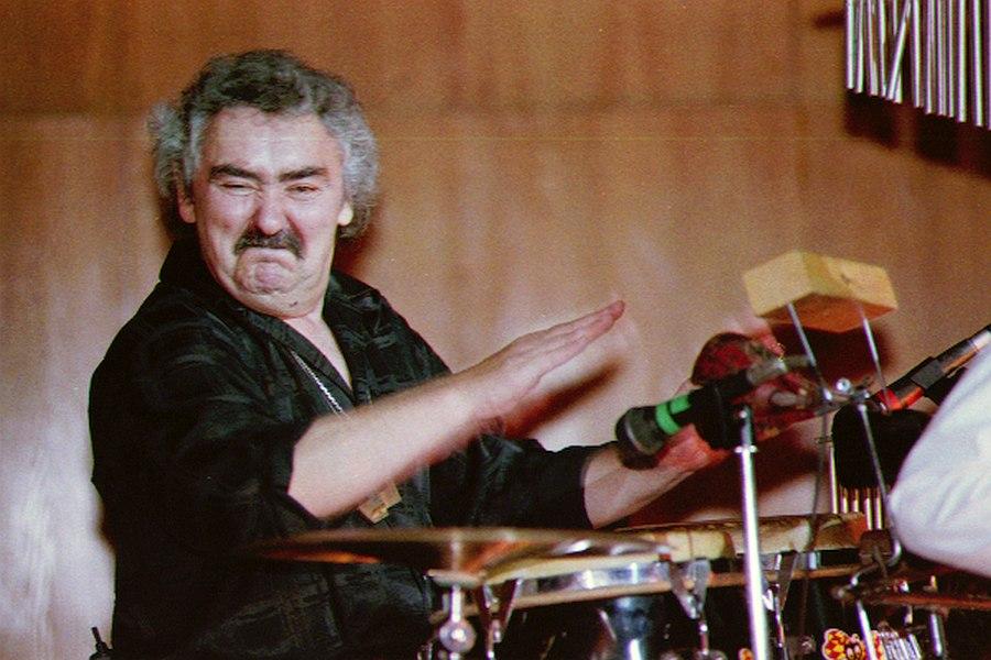 Юрий Генбачёв на сцене ЦДХ в составе ансамбля Анатолия Герасимова, октябрь 1998 (фото © Павел Корбут)