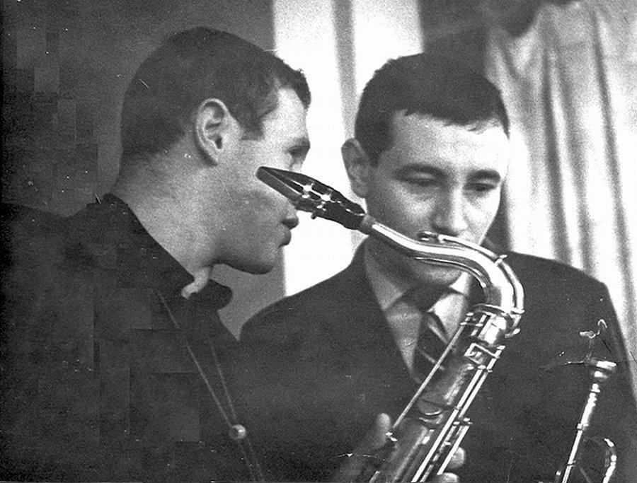 Виталий Клейнот (ts) и Андрей Товмасян (tp) в «КМ». Москва, начало 60-х гг. Фото © Владимир Садковкин