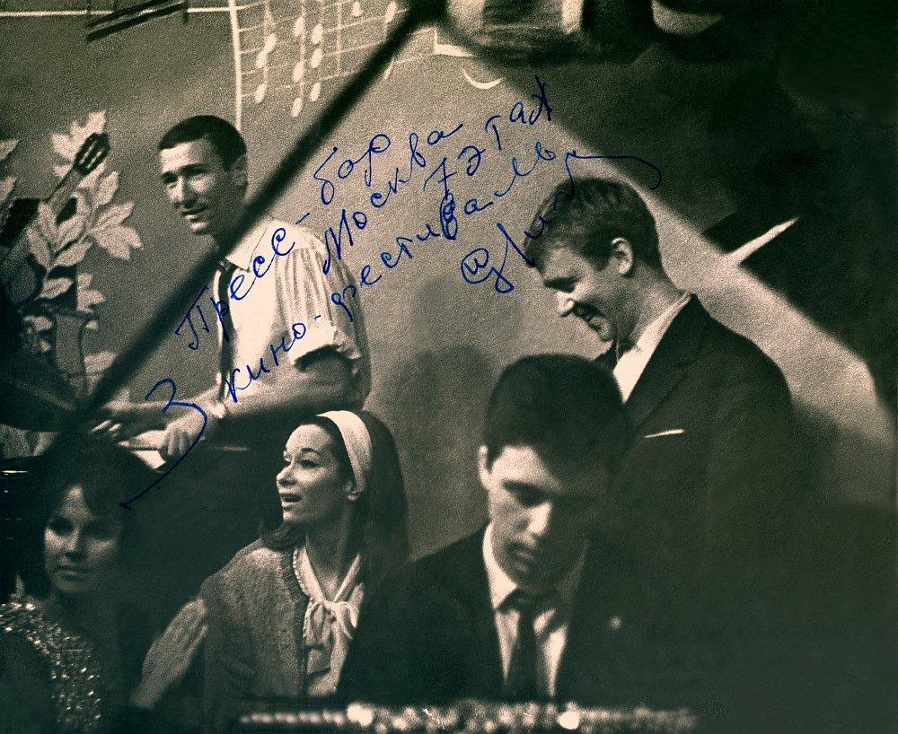 Игорь Бриль — p, Владимир Маганет — dr, около И. Бриля итальянская киноактриса Леа Массари. Москва, пресс-бар гостиницы «Москва», 1963 г.