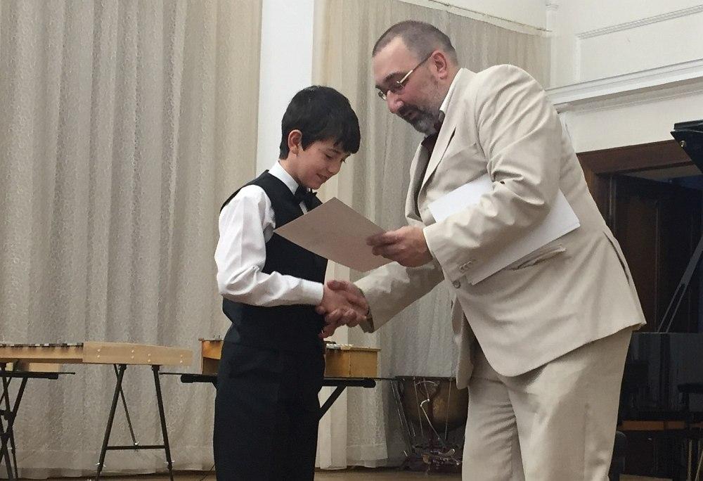 Арт-директор фестиваля Азамат Хасаншин вручает лауреатам дипломы