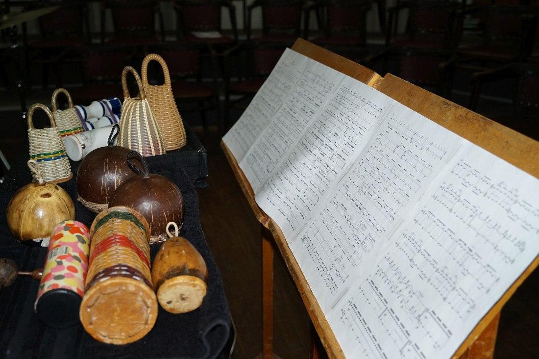 Лео привёз с собой перкуссионные инструменты и ноты