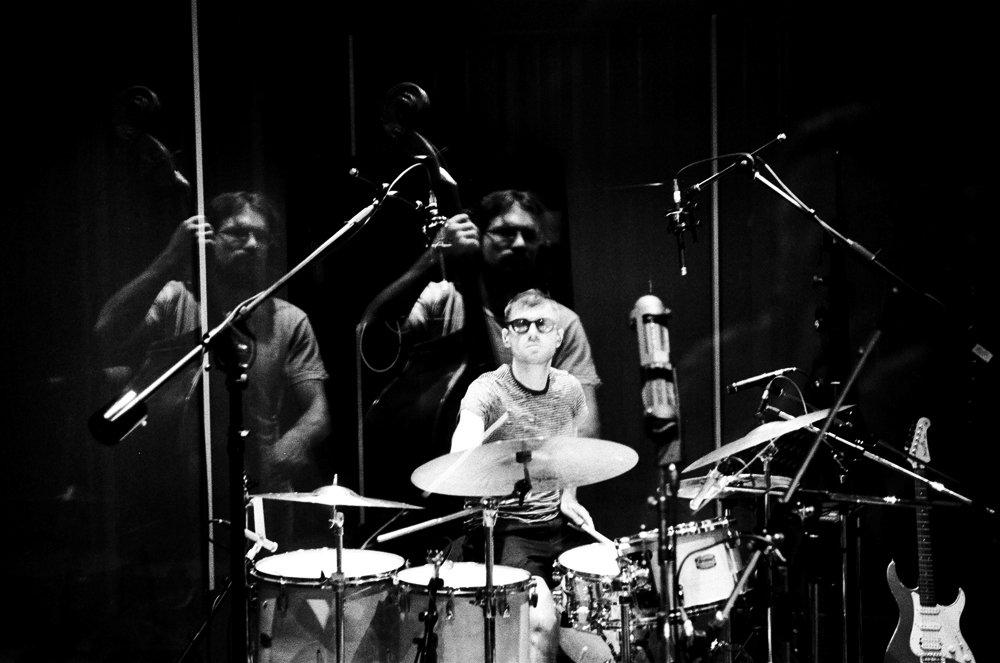 Запись альбома: басист Макар Новиков и барабанщик Саша Машин. Фото © Евгений Петрушанский