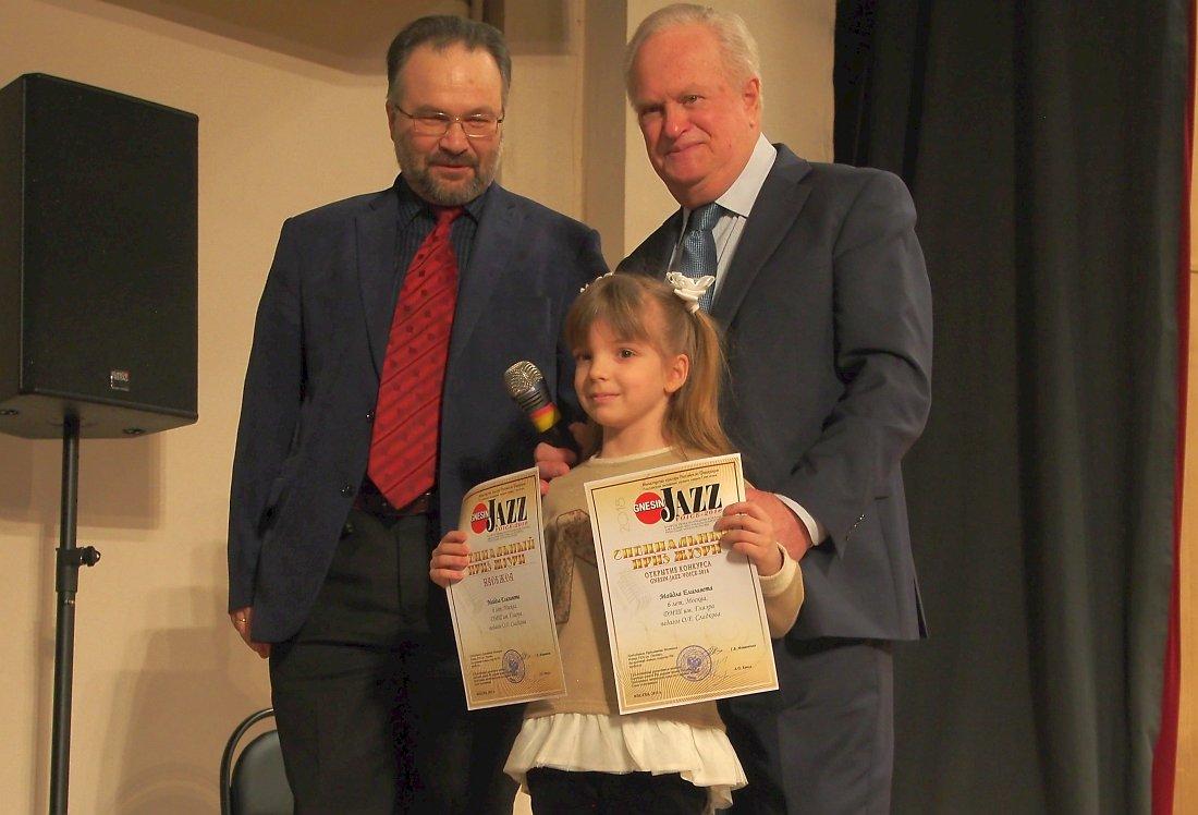 Елизавета Майдла, ответственный секретарь жюри Владимир Фёдоров и председатель жюри Анатолий Кролл