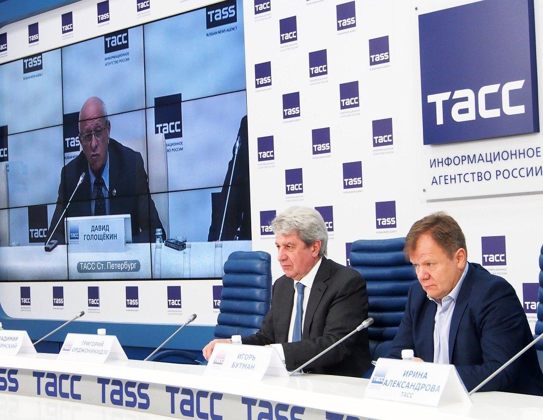 Григорий Орджоникидзе и Игорь Бутман слушают Давида Голощёкина