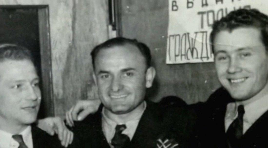 Георгий Баранович (первый слева) на свадьбе Виктора Деринга (первый справа). Шанхай, 1946 год.