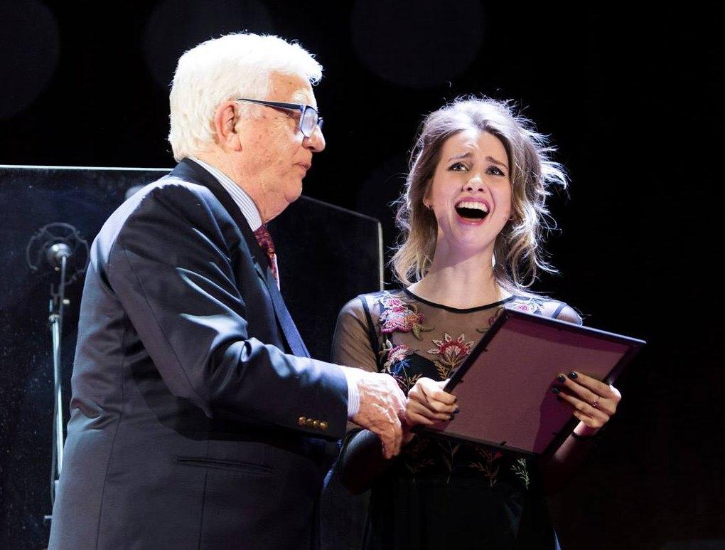 Раймонд Паулс (Raimonds Pauls) вручает свою специальную премию Кристине Ковалёвой