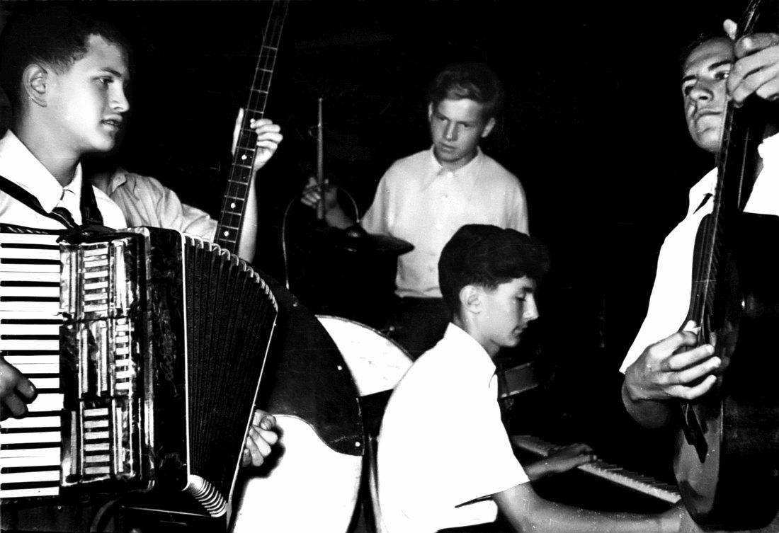 Анатолий Кролл (слева) на аккордеоне в школьном ансамбле, 1950-е гг.