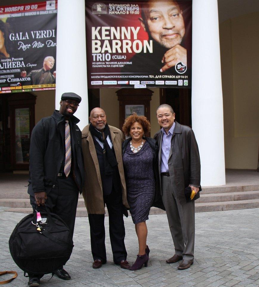 Кенни Баррон и его ансамбль у входа в Московскую консерваторию