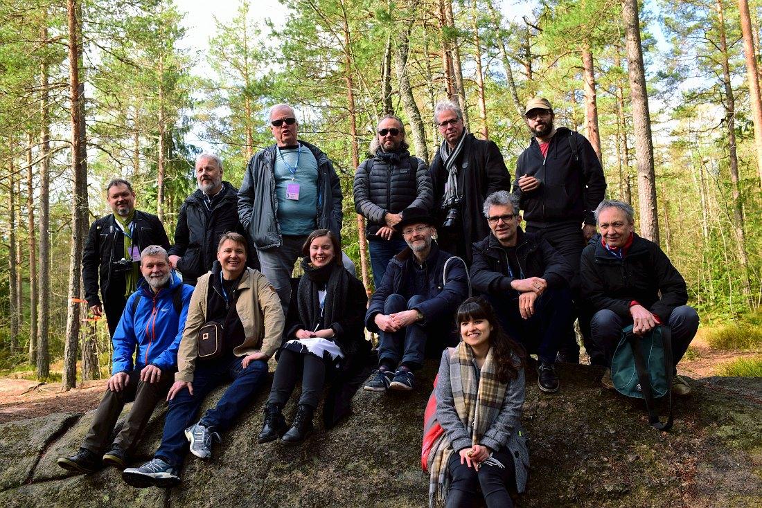 Довольные гости и хозяева в лесу Нууксио